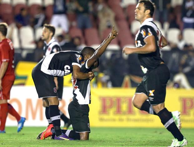 Carlos Cesar comemora gol do Vasco contra o Vila Nova (Foto: Cezar Loureiro / Agência o Globo)
