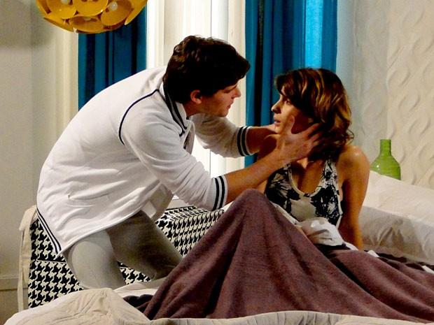 Um beijo? Não! É Conrado decidido a dar uma guinada em sua vida (Foto: Cheias de Charme / TV Globo)