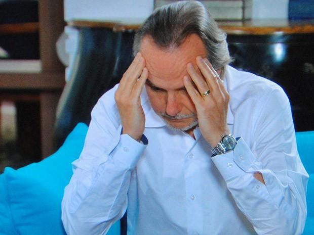 Sarmento fica desesperado (Foto: Cheias de Charme / TV Globo)