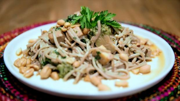 Pad Thai, prato tpico tailands: receita da Bela Gil para o Bela Cozinha (Foto: Reproduo/GNT)