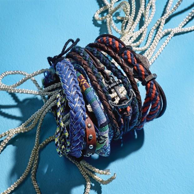 Da esquerda para a direita, kit com 4 pulseiras de tecido Kenuz R$ 19,90 | Pulseira âncora azul com couro Carlos Brusman  R$ 89,90 | Pulseira de cordão com couro Carlos Brusman R$ 89,90 (Foto: Eduardo Svezia)