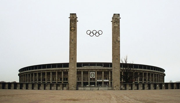 (Foto: reprodução / Wikimedia Commons / http://commons.wikimedia.org/wiki/File:Berlin_Olympiastadion_Main_Entrance_Olympic_Rings_dec_2004b.jpg)
