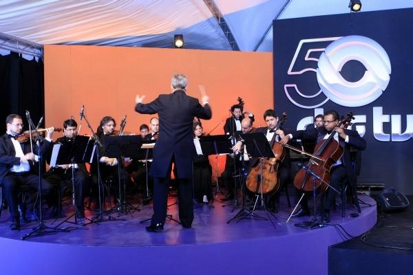 Orquestra de Câmara da Fundarte tocou a rapsódia composta com 16 trechos de músicas da RBS TV (Foto: Wesley Santos/ Pressdigital)