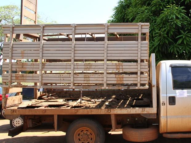 Carreta que transportava cocaína escondida em compartimento falso (Foto: Vianey Bentes/ TV Globo)