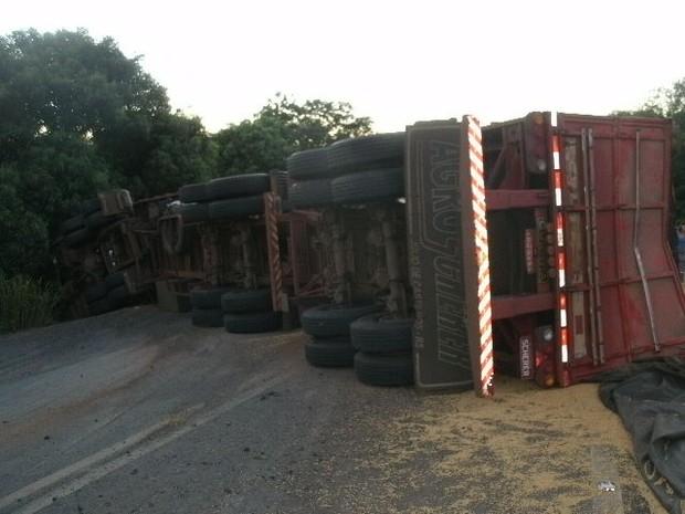 Caminhão tombou na pista após acidente em Vitória das Missões (Foto: Divulgação/PRF)