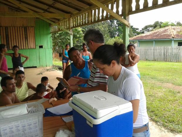 Como medida de proteção, moradores foram vacinados contra a febre-amarela (Foto: Divulgação/Semsa/Oriximiná)