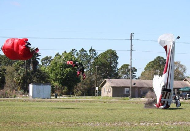 Avião bate com bico no solo após atingir paraquedista (Foto: Tim Telford/Polk County Sheriff's Office/AP)