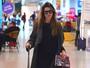 Look do dia: Rafa Brites usa vestido curtinho com tênis para viajar