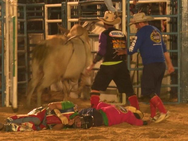 Salva-vidas e caubói desmaiaram após serem atingidos por animal (Foto: Lucas Torres/Portal Sorriso MT)