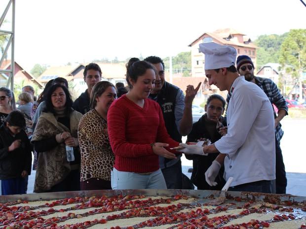 Alimento foi distribuído a cerca de 400 pessoas em Canela (RS) (Foto: RankBrasil/Divulgação)