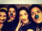 Samara Felippo e Priscila Fantin posam com nariz de palhaço