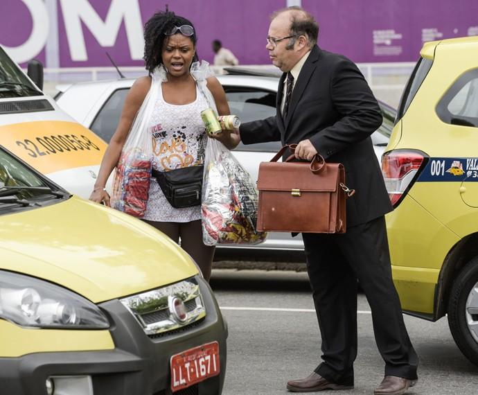 Dinorah leva Breno para vender produtos no meio da rua (Foto: Raphael Dias/ Gshow)