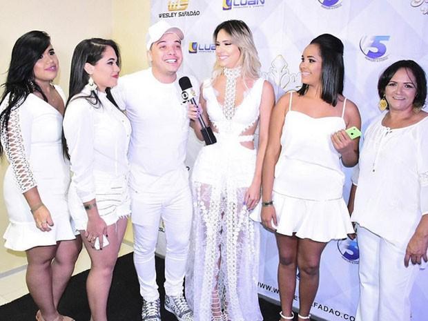 Wesley Safadão coma mulher, Thyane Dantas, e fãs em show em Fortaleza, no Ceará (Foto: Instagram/ Reprodução)