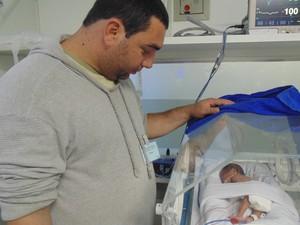 Pai de quadrigêmeas visita filhas no hospital da Unicamp, em Campinas (SP) (Foto: Jaqueline Zanoveli/ G1)