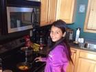 Férias em família: filha de Xanddy e Carla Perez prepara café da manhã
