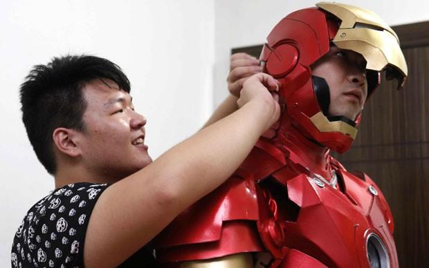 Zhang Licheng levou cerca de seis meses para montar a armadura (Foto: Reuters)