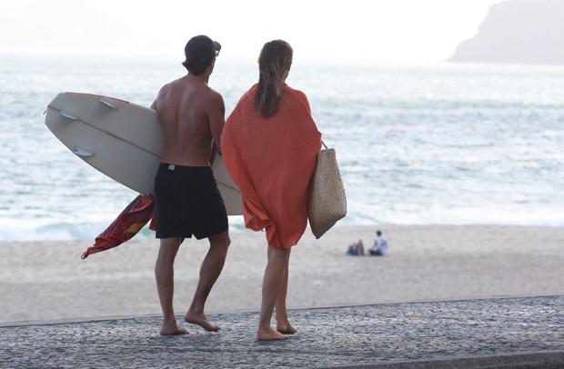 Rômulo Neto em clima de romance com morena no Rio de Janeiro (Foto: Dilson Silva/AgNews)