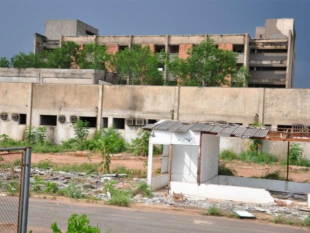Construção do Hospital Central, em Cuiabá, teve início em 1985, foi paralisada e nunca retomada. (Foto: Renê Dióz / G1)