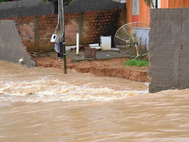 Água invadiu casas e derrubou o muro (Foto: Clemilson Rodrigues/O Jaruense)