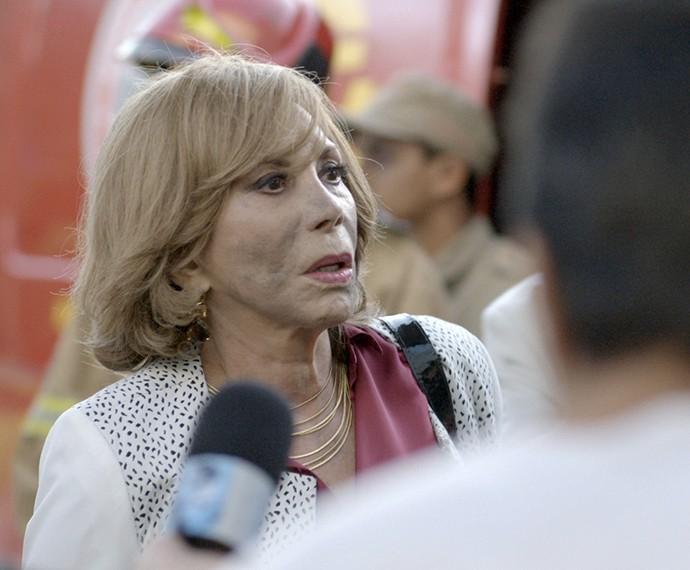 Consuelo fica ao lado do filho (Foto: TV Globo)