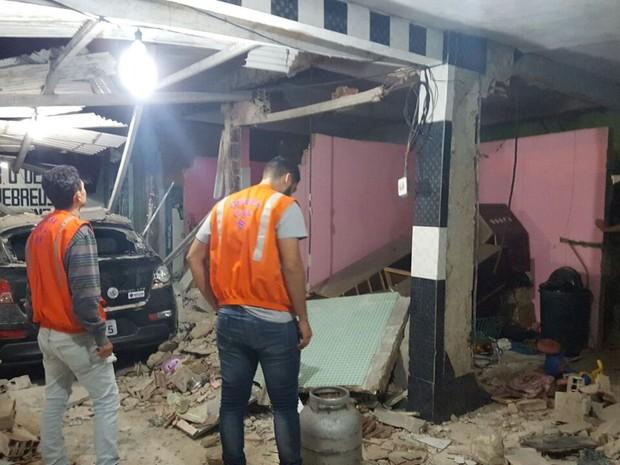 Parte da estrutura da casa ficou destruída e duas pessoas foram levadas para o hospital  (Foto: Ruiter Sansão/Defesa Civil)