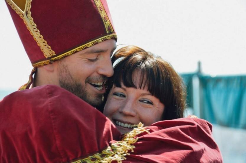 Sophie abraça o 'padre' após a celebração do autocasamento