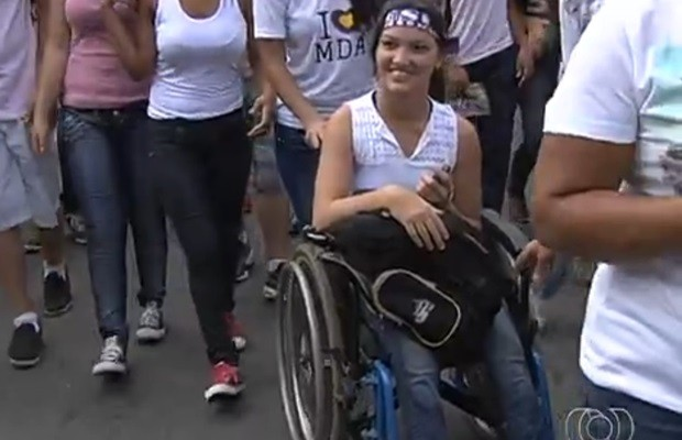 Mesmo em uma cadeira de rodas, a estudante Jéssica Oliveira fez questão de participar (Foto: Reprodução/TV Anhanguera)