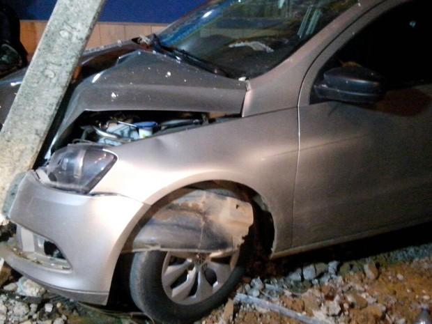 O carro ficou bem avariado e os policiais não conseguiram localizar o dono.  (Foto: Balanço Notícias/Divulgação)