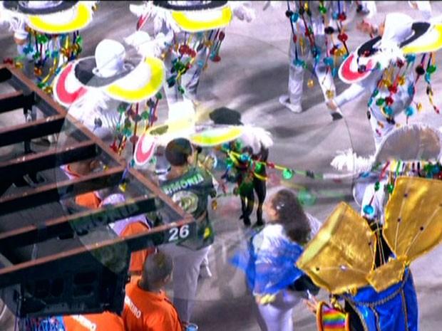 Cachorro invadiu desfile da Império da Tijuca (Foto: Reprodução / TV Globo)