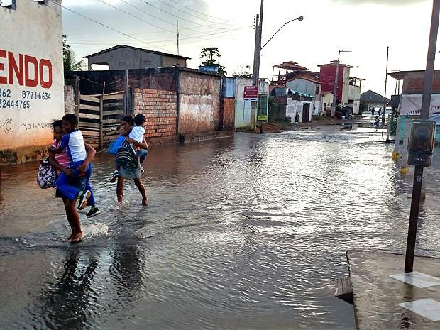 Maré invade pontos da Raposa (MA) (Foto: Douglas Pinto / TV Mirante)