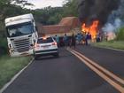 Duas pessoas morrem carbonizadas em colisão entre dois caminhões