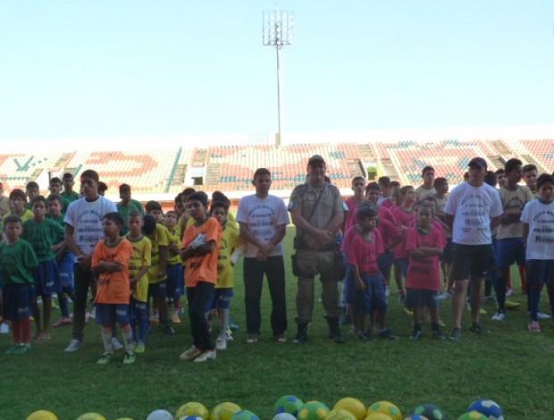 Crianças do projeto 'Futebol me ensina a viver' (Foto: Cely Gomes)