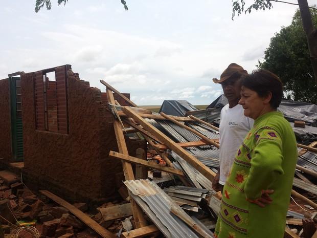 Família teve casa destelhada em Tupanciretã (Foto: Yasmine Santos/RBS TV)
