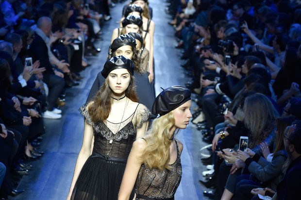 Desfile da coleção outono/inverno 2017 da Dior (Foto: Getty Images)