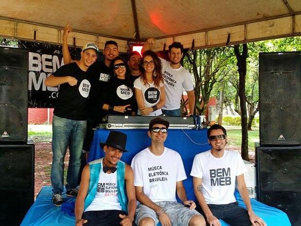 DJs voluntários posam durante evento beneficente em Brasília (Foto: Myke Sena/Divulgação)