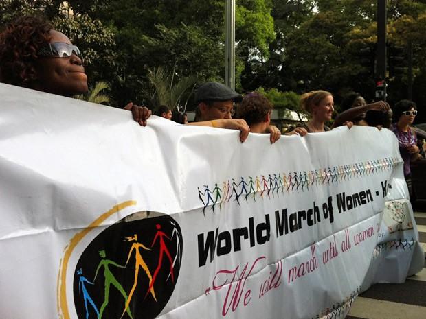 Manifestantes exibem faixa que defende os direitos das mulheres em ato (Foto: Ana Carolina Moreno/G1)
