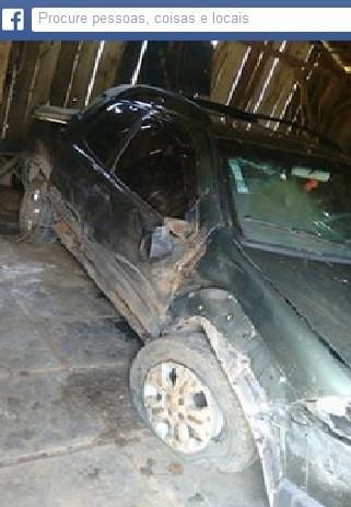 Carro da Vó Salvelina ficou danificado com o acidente  (Foto: Facebook/Reprodução)