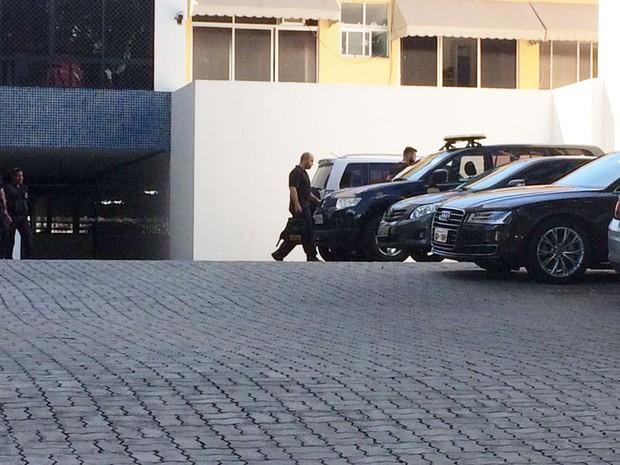 Policiais federais estiveram no condomínio de Geddel na manhã desta sexta-feira (Foto: Rafael Teles/G1)