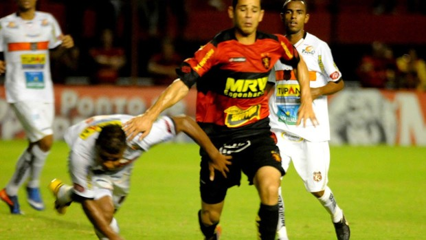 Serra Talhada dá trabalho no primeiro tempo, mas termina goleado pelo Sport (Aldo Carneiro)