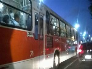 ônibus lotado (Foto: Lílian Marques/G1)