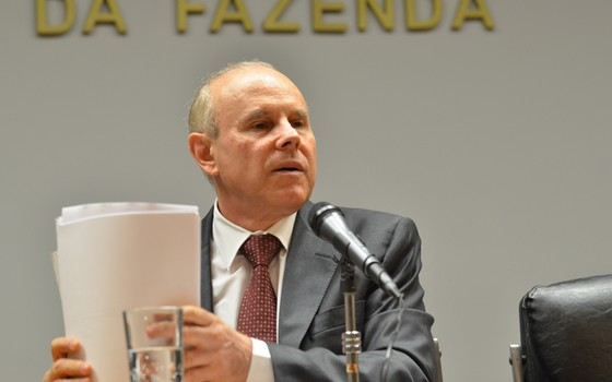 O ministro da Fazenda, Guido Mantega, divulga o superávit primário registrado pelo governo em 2013 (Foto: Elza Fiúza/Agência Brasil)