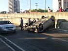 Carro capota após motorista dormir e bater em muro em Manaus, diz PM