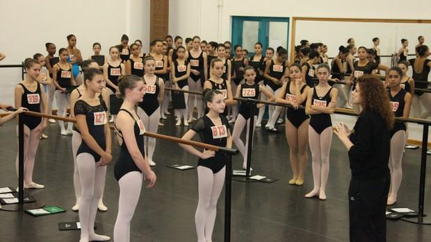 Adolescentes passam por 'vestibular da dança', no Bolshoi, durante Festival (Vanderléia Macalossi/Divulgação)