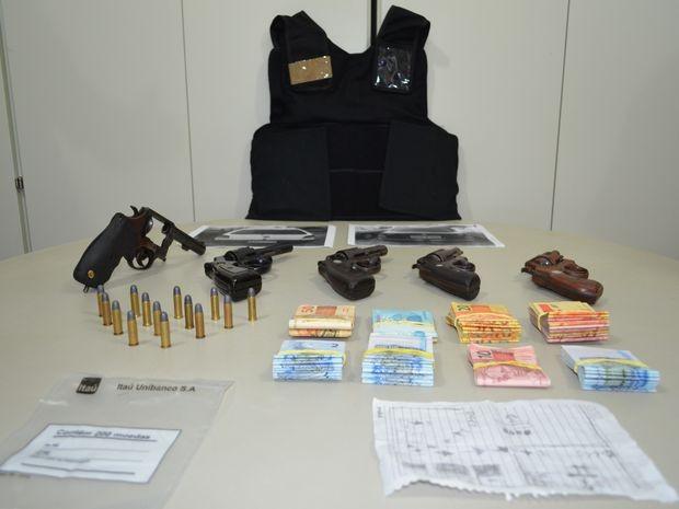 Material apreendido pela polícia no condomínio onde o grupo se escondeu (Foto: Marina Fontenele/G1)