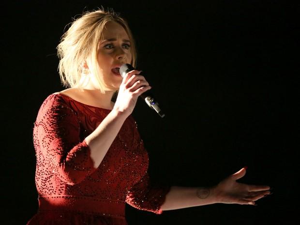 Adele se apresenta durante o 58º Grammy Awards, na noite desta segunda (15), em Los Angeles (Foto: Matt Sayles/Invision/AP)