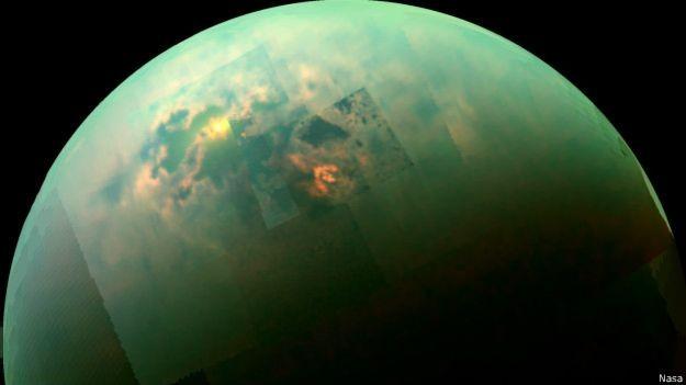 Imagem mostra reflexo do sol na lua de Titã (Foto: Nasa/BBC)