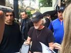Após chegada discreta do Aerosmith, guitarrista atende fãs em Porto Alegre