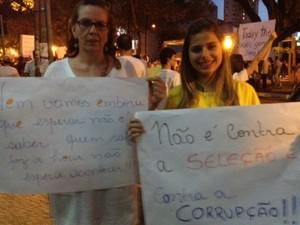 Empresária e estágiária protestam juntas contra a corrupção e preço da tarifa de ônibus (Foto: Gabriela Lima / G1)