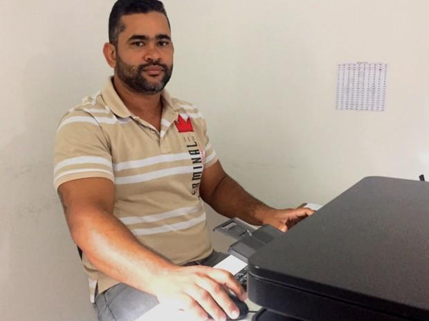 Fábio Rodrigues, conselheiro tutelar, identificou maus tratos a partir de uma visita de rotina, em Trindade, Goiás (Foto: Murillo Velasco/G1)