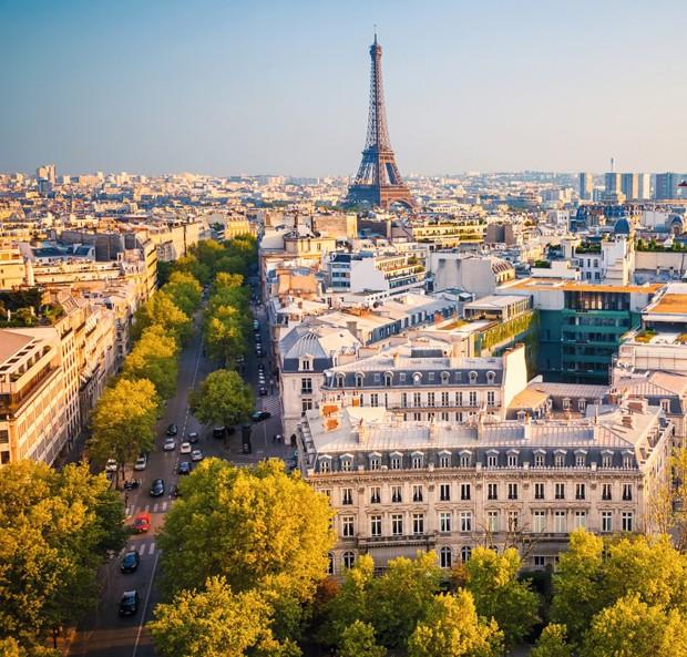 Vista da Avenue de la Grande-Armée e, ao fundo, a Torre Eiffel a partir do Arco do Triunfo, monumento que celebra as vitórias de Napoleão Bonaparte (Foto: Thinkstock)